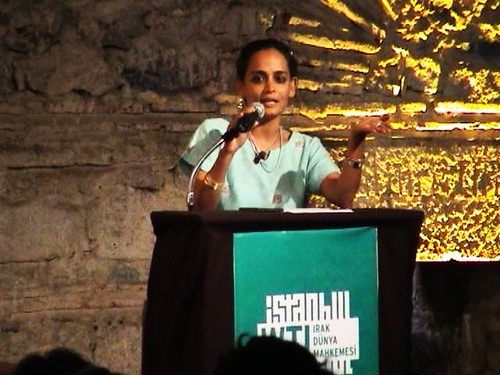 อรุณธาติ รอย (Arundhati Roy) นักเขียนและนักรณรงค์สตรีชาวอินเดียด้านความยุติธรรมทางสังคม