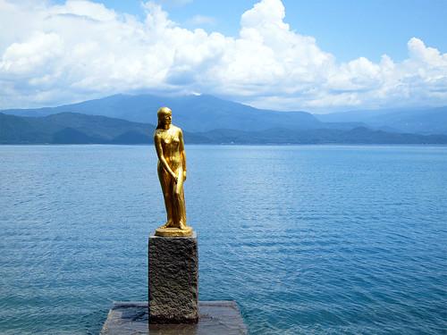 田沢湖の辰子像 (The statue of Tatsuko near Lake Tazawa)