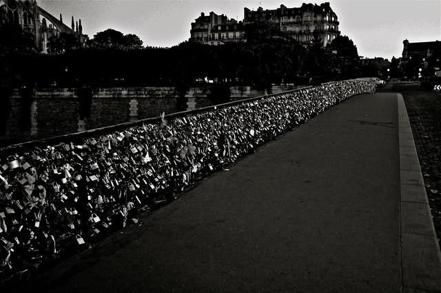Les gages d 39 amour accroch s sur les grilles du pont de l 39 archev ch - Le pont de lamour a paris ...