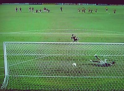 Sepakan penalti Baddrol Bakhtiar gagal di tangkap kemas oleh Kurnia Meiga Hermansyah penjaga gol Indonesia
