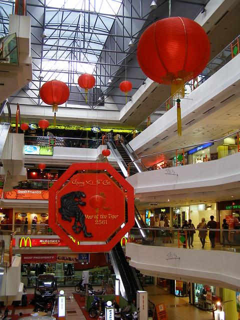 購物廣場內掛滿了農曆新年的吊飾