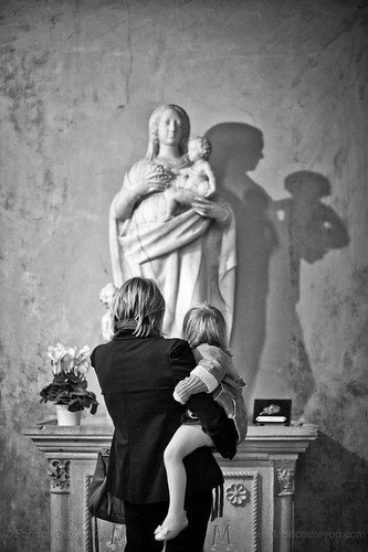 shadow en baby white black girl saint 50mm nice nikon sister candid mary prayer mother holy provence aix sauveur d700 fabricedrevon