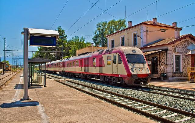 αμαξοστοιχία intercity στο σιδηροδρομικό σταθμό της Λειβαδιάς