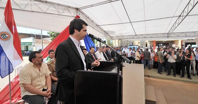 Fernando lugo escucha palabras del ministro del interior for Foto del ministro del interior