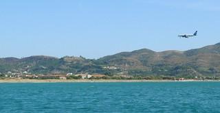 長さ 4165 メートルのビーチ Laganás 近く の画像. sea beach plane landing zakynthos