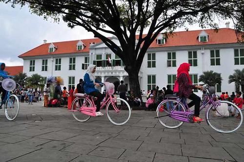 Bermain sepeda di Taman Fatahillah
