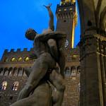 """""""El Rapto de las Sabinas"""" de Juan de Bolonia frente al Palazzo Vecchio"""