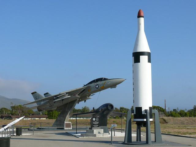Raketen und Jagdflugzeug