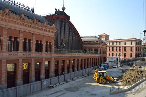 Zona retiro empiezan las obras de los torreones y la for Jardines de la puerta de atocha