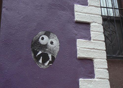 tête sur mur mauve.jpg