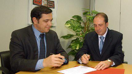 Firma del convenio para implantar placas foltovoltaicas en Orce (Granada)
