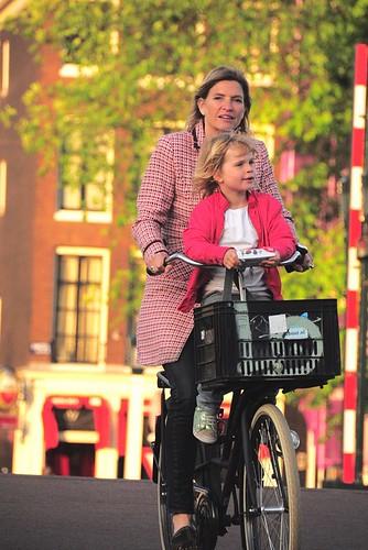 street travel sunset people woman holland netherlands girl dutch sunshine amsterdam bike bicycle cycling candid snapshot daughter mother riding streetshot 随拍 荷兰 阿姆斯特丹 0146