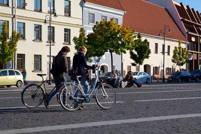 Ragazzi in bici a Vilnius