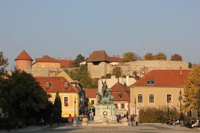 Dobó István tér con el Castillo