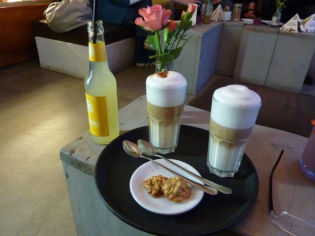 Latte Machiatto mit Keks