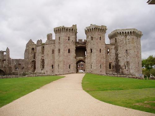 Raglan Castle. - flckr - mellen_petrich