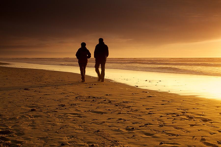 Pareja en la playa en invierno