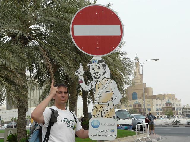 Señal de tráfico en Doha (Qatar)