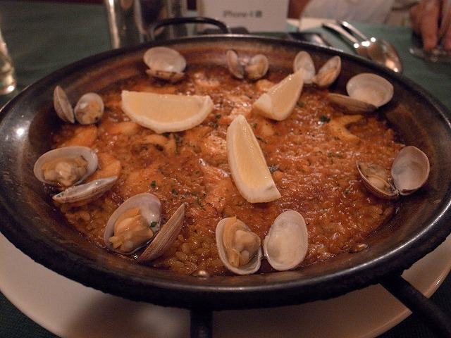 <p>g)Arroz marinera漁師風パエリャ<br /> (ブイヤベースで炊いたパエリャです)</p>