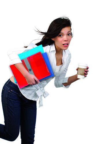 ragazza che corre con in mano un caffè e carte per l'ufficio