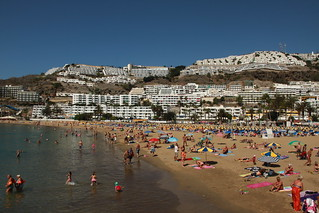 תמונה של Playa de Puerto Rico. ocean road trip flowers blue autumn sky sun mountain holiday mountains flower beach nature sunshine rock digital canon puerto island eos rebel sand kiss rocks waves shot drum picture rocky playa natura rico gran toamna cristian canaria roca plaja clifs munte flori 500d clif cer soare 2011 albastru vacanta insula padure valuri floare calatorie bortes bortescristian cristianbortes x3l t1i