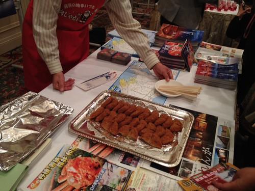 会場を変えて、ブースでのPR合戦。肉じゃがコロッケの試食@京都・丹後PRフェアin東京
