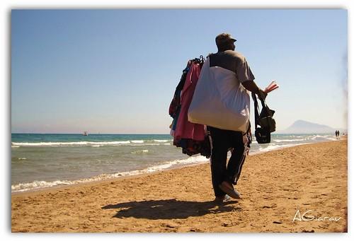 vendedor mar flickr playa arena sueños verano soledad bolsas inmigrante subsahariano agirau