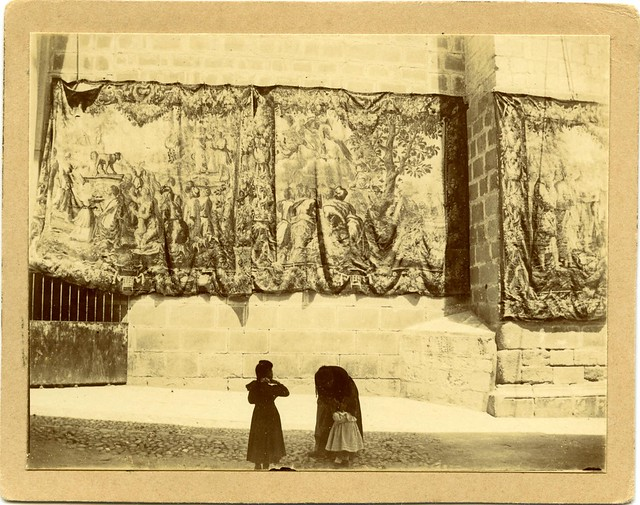 Tapices colocados para el Corpus a principios del siglo XX. Fotografía de D. Pedro Román Martínez. Diputación de Toledo, Centro de Estudios Juan de Mariana