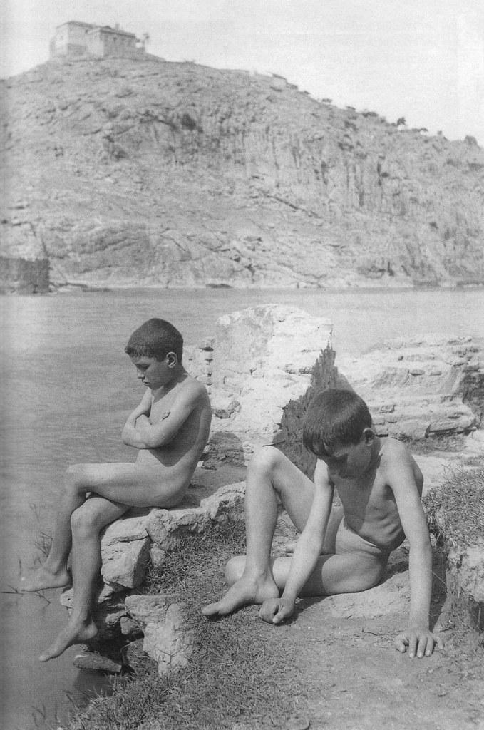 Niños se bañan en el Tajo bajo la Ermita de la Cabeza hacia 1920. Fotografía de Pedro Román Martínez