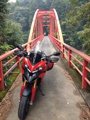 細いトンネルと橋