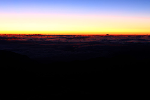 blue red mountain lake sunrise hiking taiwan climbing 台灣 台東 taitung 嘉明湖 雲海 日出 南橫 中央山脈 百岳 向陽山 三叉山 色溫 高山湖泊 高山草原