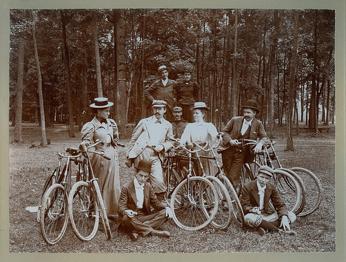 Oversize image of bicyclists in the park by Kingkongphoto & celebrity photos
