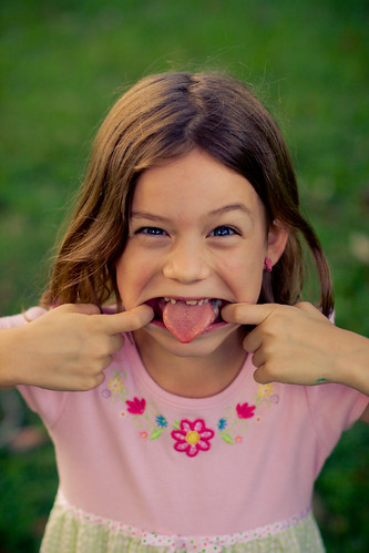 [Free Images] People, Children - Little Girls, Put Out One's Tongue, American People ID:201203251600