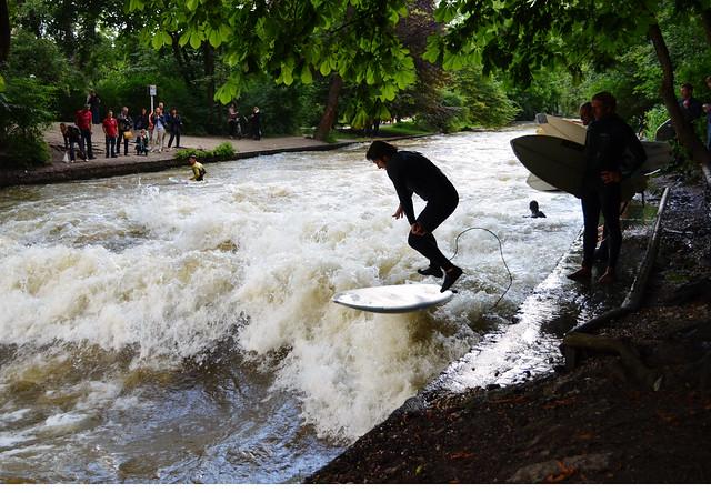 Munich's surf spot // Surfen am Eisbach in München
