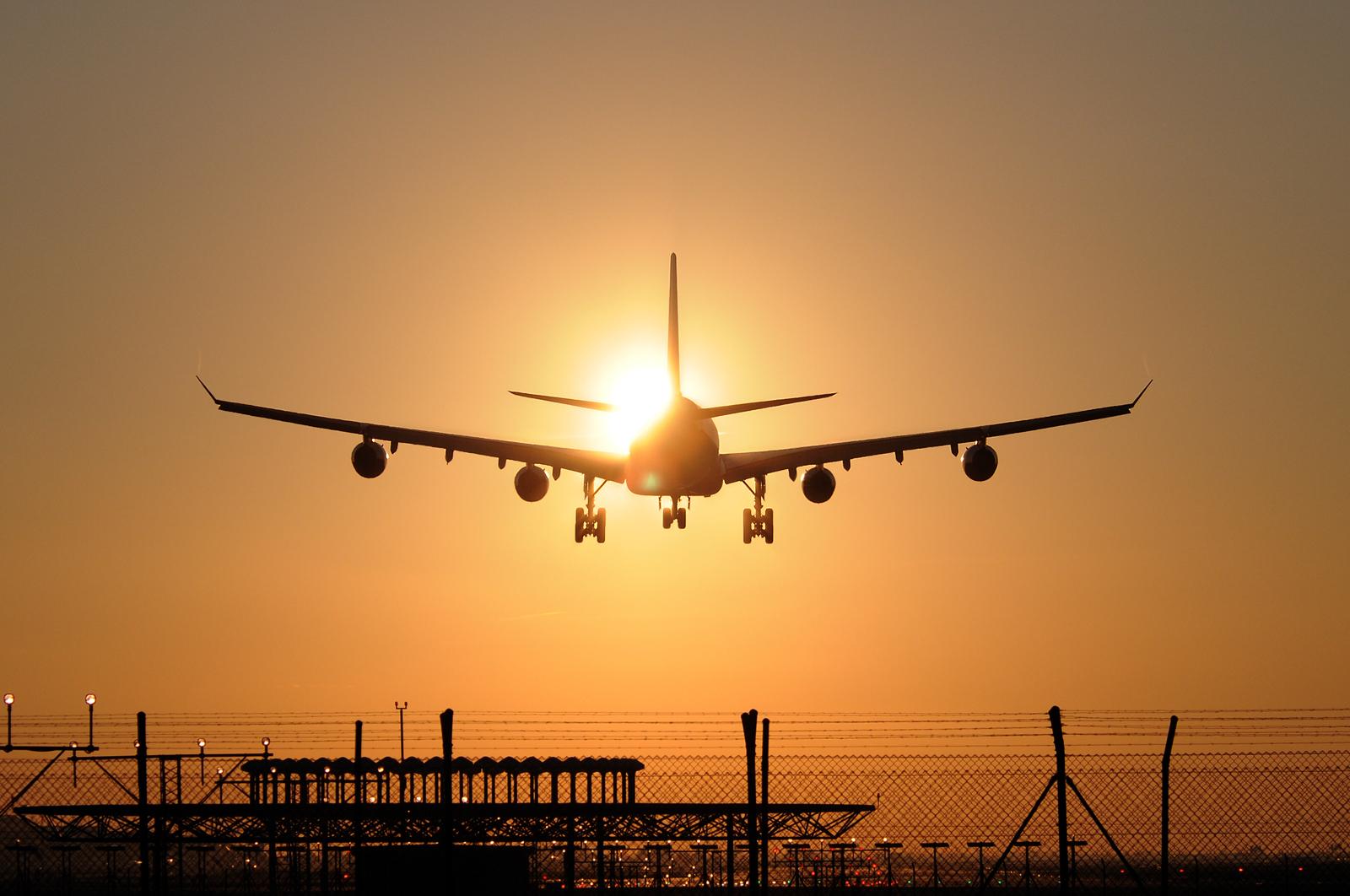 AA A340-313 aterrizando en El Prat