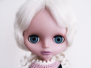 this Blythe clone is rocking her Yatabazah Luxury Wig