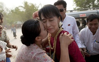 Aung San Suu Kyi 'wins landslide landmark election' as #Burma rejoices - Telegraph #humanrights