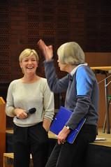 Agneta Nordin och Karin Brunsson samtalar kring ledarskap tills med Österlengymnasiets elever