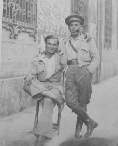 Posando: el teniente Juan Pérez Zumaquero (con pipa)