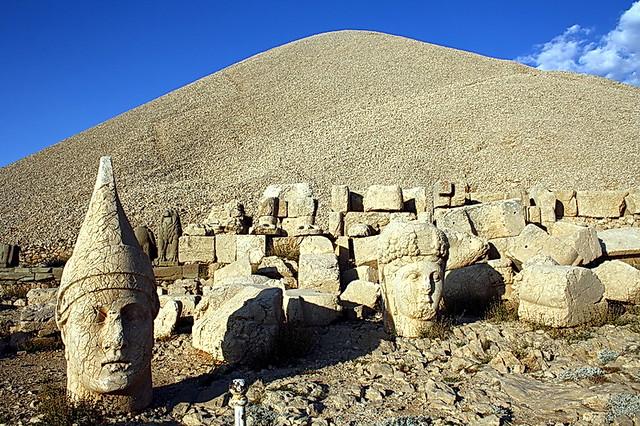 Nemrut Dagi. Túmul d'Antíoc I. El túmul i els caps de les estàtues.