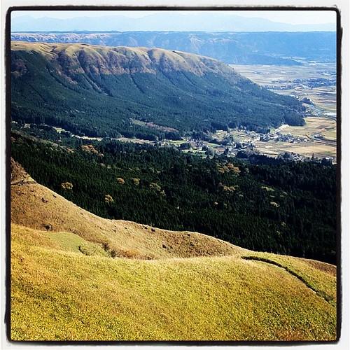 個人的には阿蘇の山の眺めより、外輪山の姿が好きなんだよね。上から見ても下から見ても。外輪山の奥の山は高千穂の方やね。