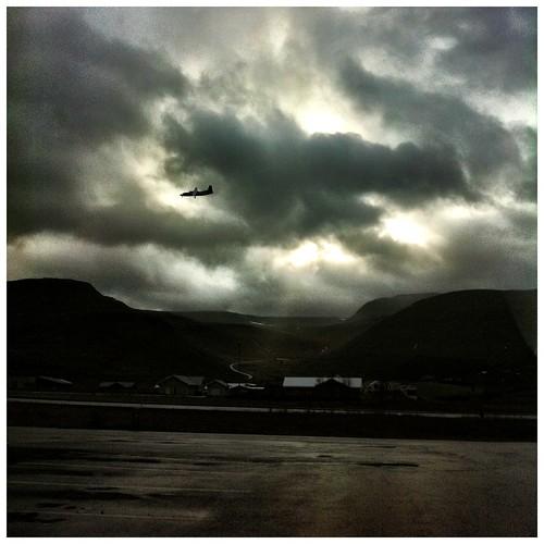 sunset plane iceland tramonto dusk landing aereo iphone islanda isafjordur aereoplano aeroplano 66n atterraggio iphoneshots simoneconti iphoneography itnok contisimone
