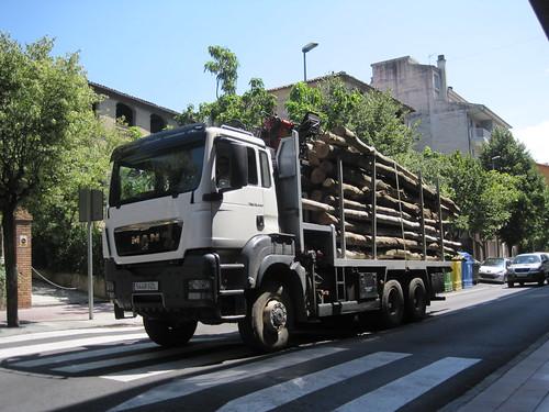 camió Man carregat de trons a Ripoll