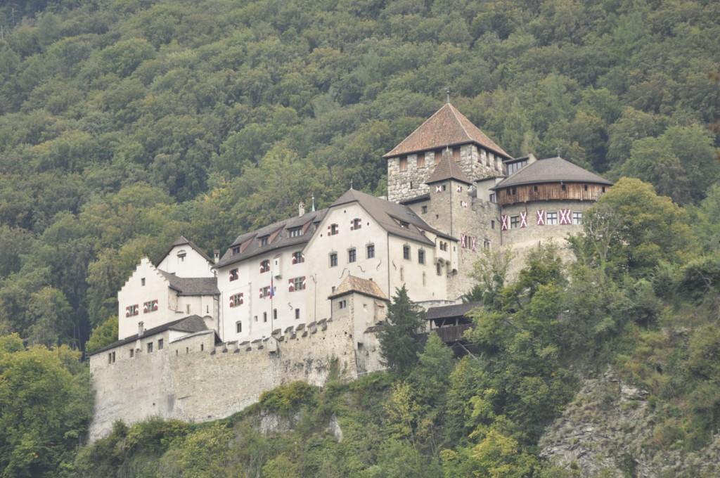 Castillo de Vaduz en lo alto de la montaña Liechtenstein, el pequeño país de los alpes - 6116363475 c04fe684f8 o - Liechtenstein, el pequeño país de los alpes