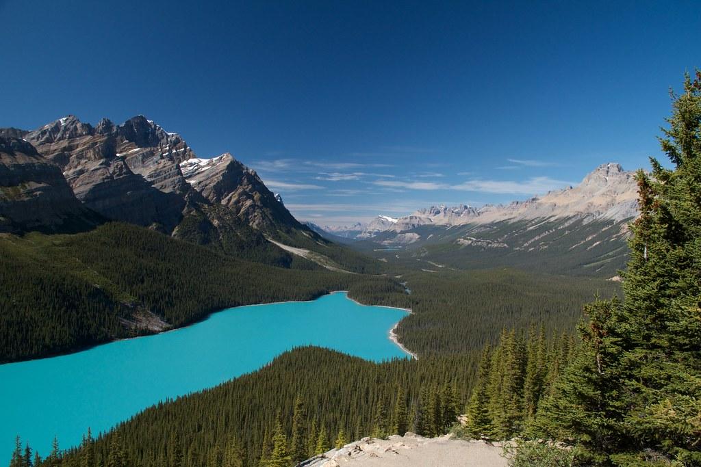 9月のペイトレイクと山々の風景