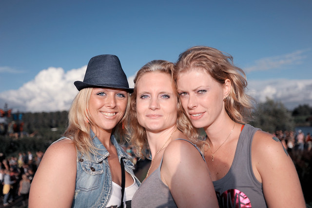 Mysteryland dames poserend