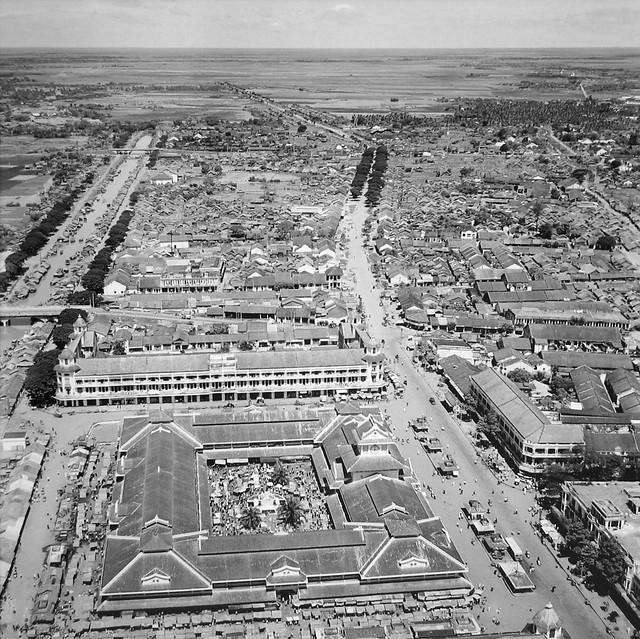 Saigon 1955 - Chợ Bình Tây - Photo by Raymond Cauchetier