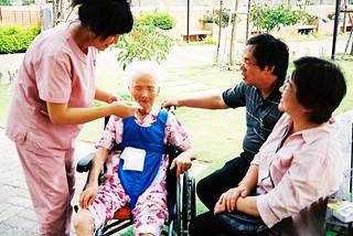 提供看護服務,需要高度的勞力與密集技術。對於邁向高度發展、高齡化或多元化的社會穩定有極重要的貢獻。來源:http://www.flickr.com/photos/enixii/500914880/(CC授權)
