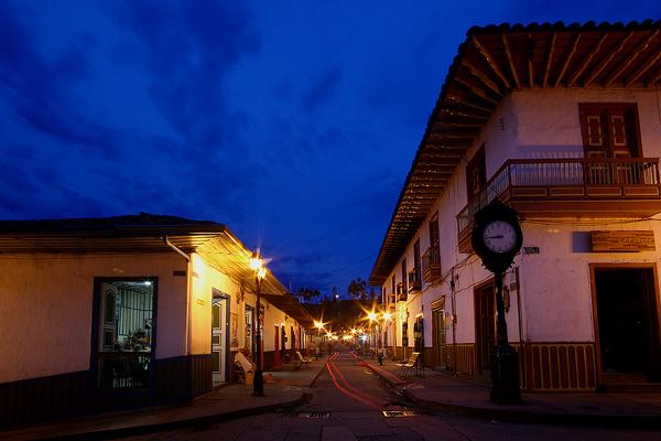 Imagen de las calles de Salento, Colombia al atardecer
