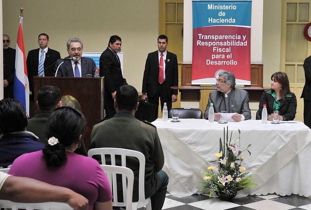 Fernando lugo escucha palabras del ministro de hacienda for Escuchas del ministro del interior